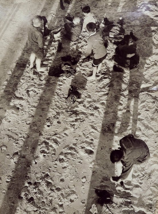 László Moholy-Nagy - Children on a beach